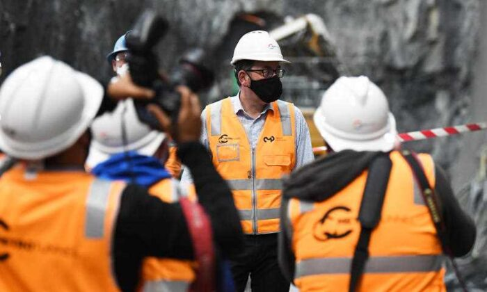 Victorian Premier Daniel Andrews (centre) tours the State Library train station construction site in Melbourne on Nov. 6, 2020. (AAP Image/James Ross)