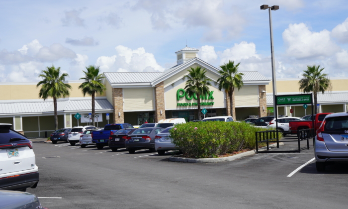 A packed parking lot and an empty shopping cart area seen outside a Publix supermarket in Punta Gorda, Fla., on Sept. 14, 2021. (Jannis Falkenstern/Epoch Times)