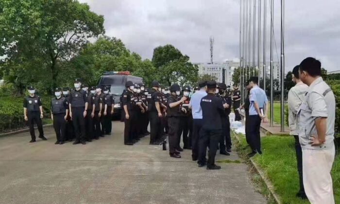 Police surround employees as they rally for a better compensation plan at Samsung Heavy Industries (SHI), in Ningbo city in China's Zhenjiang Province, on Sept. 9, 2021.SHI had announced earlier that it will close its plant in Ningbo. (Courtesy of interviewee)