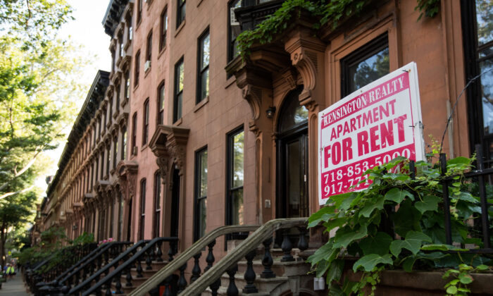 A sign advertises an apartment for rent along a row of brownstone townhouses in the Fort Greene neighborhood on in the Brooklyn borough of New York City on June 24, 2016. (Drew Angerer/Getty Images)
