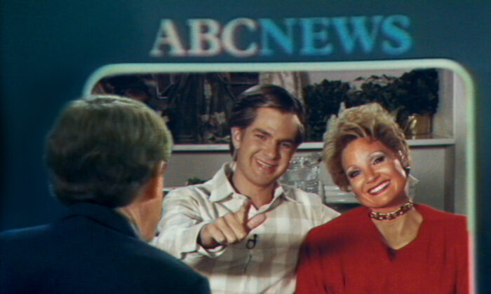 """Andrew Garfield as Jim Bakker and Jessica Chastain as Tammy Faye Bakker in """"The Eyes of Tammy Faye.""""  (Searchlight Pictures. Twentieth Century Studios)"""