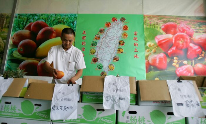 A vendor works at a Taiwan fruit store in Xiamen Sale and Distribution Center for Taiwan Fruits in Xiamen, Fujian Province, China, on July 29, 2006. (Cancan Chu/Getty Images)