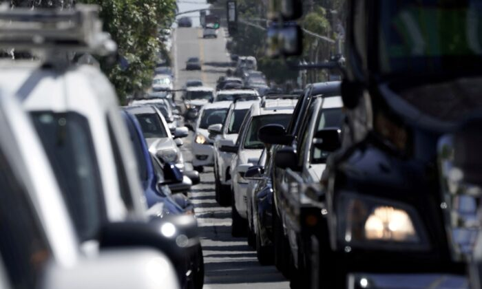Heavy vehicular traffic is seen in the Ocean Beach neighbourhood of San Diego, Calif.,  ahead of the Fourth of July holiday July 3, 2020. (Bing Guan/Reuters)