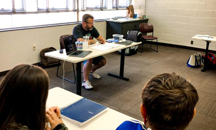 Brian Newell teaches a homeschool co-op class in Kettering, Ohio. (Bob Irvin/Epoch Times)