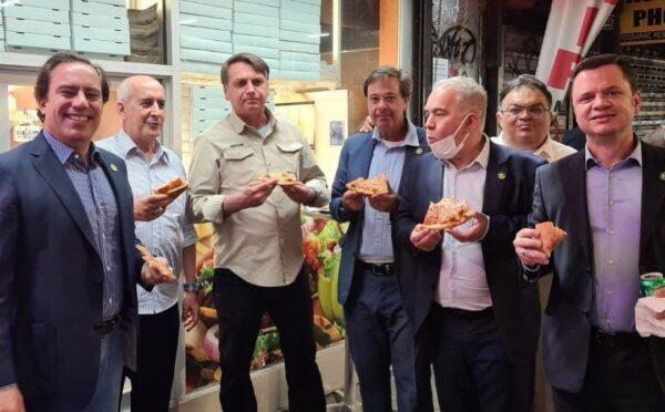 Bolsonaro eats pizza