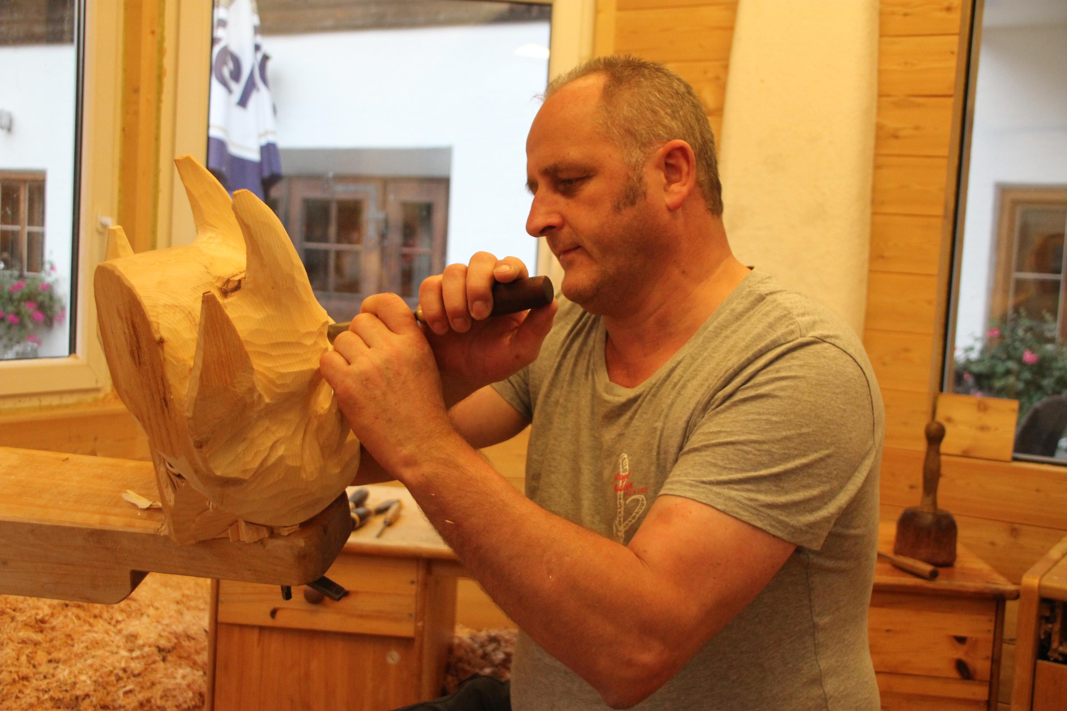 Hermann Prommegger carving a mask copyright Wibke Carter