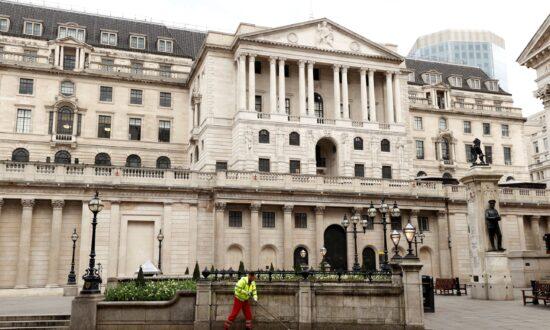 Bank of England Nudges up Inflation Outlook, Split Over QE Widens