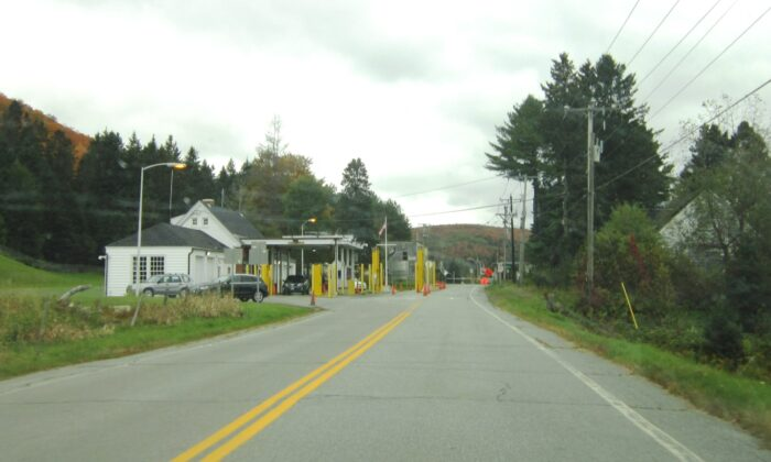 The U.S.–Canadian border crossing at Canaan, Vermont, in a file photo.  (Wharon via Wikipedia/CC BY-SA 3.0)