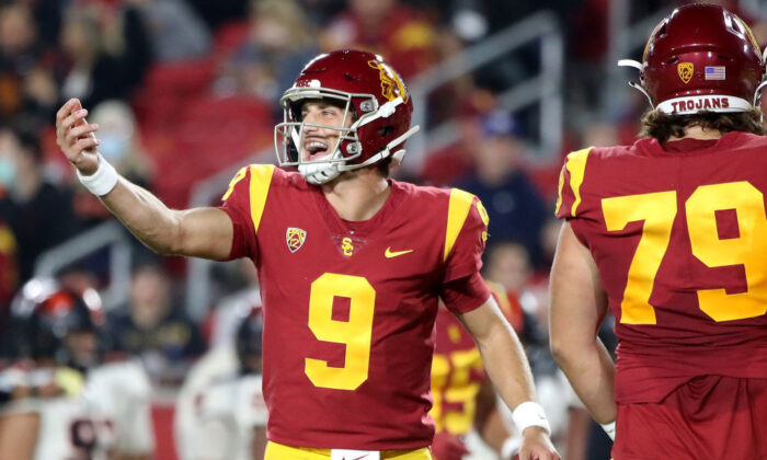 Kedon Slovis #9 of the USC Trojans calls out a play during the first quarter against the Oregon State Beavers at Los Angeles Memorial Coliseum in Los Angeles on Sept. 25, 2021. (Katelyn Mulcahy/Getty Images)