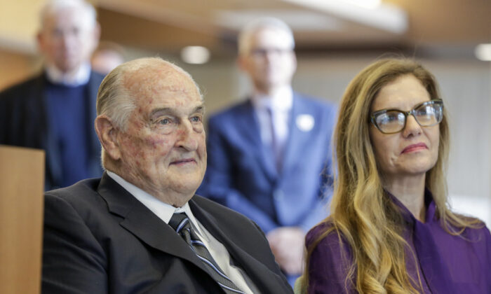 Leslie Jackson (R), wife of glass artist Dale Chihuly, sits next to philanthropist Walter Scott, during a ceremony at the Fred & Pamela Buffett Cancer Center in Omaha, Neb., on May 19, 2017. (AP Photo/Nati Harnik)
