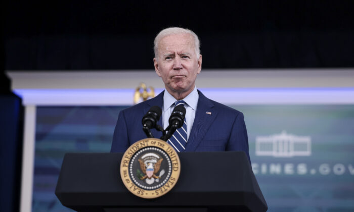 U.S. President Joe Biden delivers remarks ahead of receiving a third dose of the Pfizer/BioNTech Covid-19 vaccine in the South Court Auditorium in the White House on Sept. 27, 2021. (Anna Moneymaker/Getty Images)