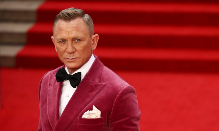"""Daniel Craig poses as he arrives at the world premiere of the new James Bond film """"No Time To Die"""" at the Royal Albert Hall in London, Britain, on Sept. 28, 2021. (Henry Nicholls/Reuters)"""
