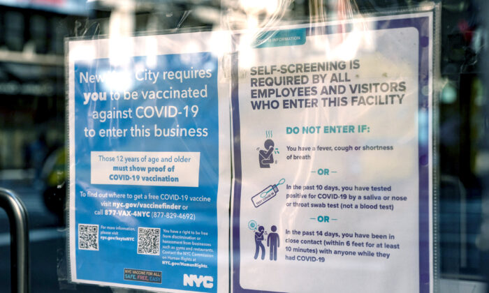 A vaccine proof requirement note is displayed on a restaurant storefront in New York on Sept. 7, 2021. (Chung I Ho/The Epoch Times)