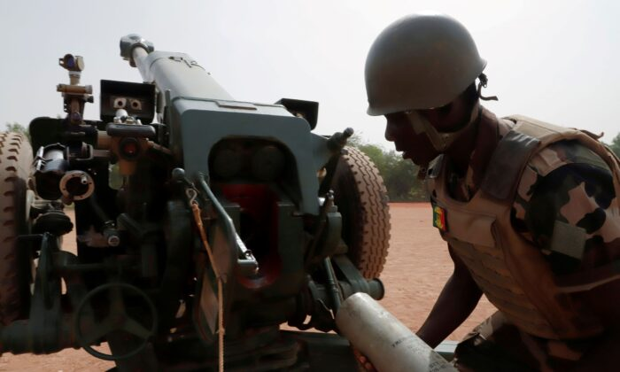 A Malian soldier of the 614th Artillery Battery is pictured during a training session on a D-30 howitzer with the European Union Training Mission (EUTM), in Mali on March 23, 2021. (Paul Lorgerie/Reuters)