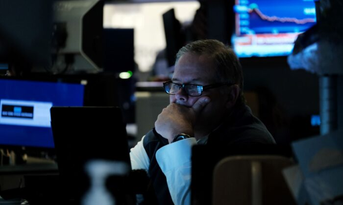 Traders work on the floor of the New York Stock Exchange (NYSE) in New York City on Oct. 04, 2021. (Spencer Platt/Getty Images)