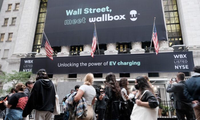 People walk outside of the New York Stock Exchange (NYSE) as global supply chain disruptions continue to effect the American economy in New York City on Oct. 04, 2021. (Spencer Platt/Getty Images)