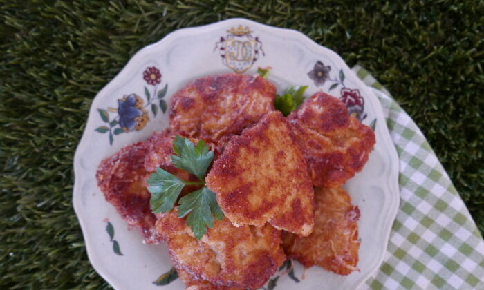 Thinly sliced chicken breasts receive the breading and pan-frying treatment to make crispy cutlets. (Victoria de la Maza)