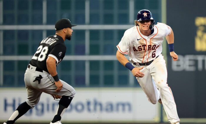 Jake Meyers #6 of the Houston Astros sprints back from second base after a fly out during the 4th inning of Game 1 of the American League Division Series against the Chicago White Sox at Minute Maid Park in Houston, Texas on Oct. 07, 2021. (Carmen Mandato/Getty Images)