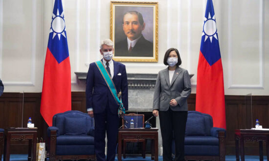 Taiwan President Meets French Senators and Former Australian PM