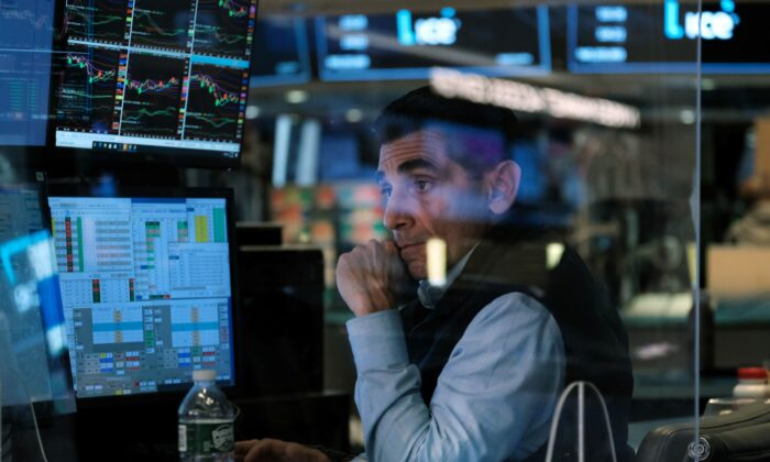 Traders work on the floor of the New York Stock Exchange (NYSE) in New York City on Sept. 30, 2021. (Spencer Platt/Getty Images)