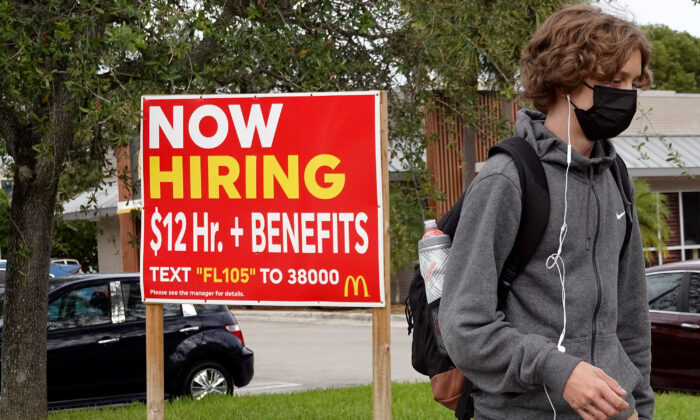 A 'now hiring' sign outside of a business in Miami, Fla., on Oct. 08, 2021. (Joe Raedle/Getty Images)