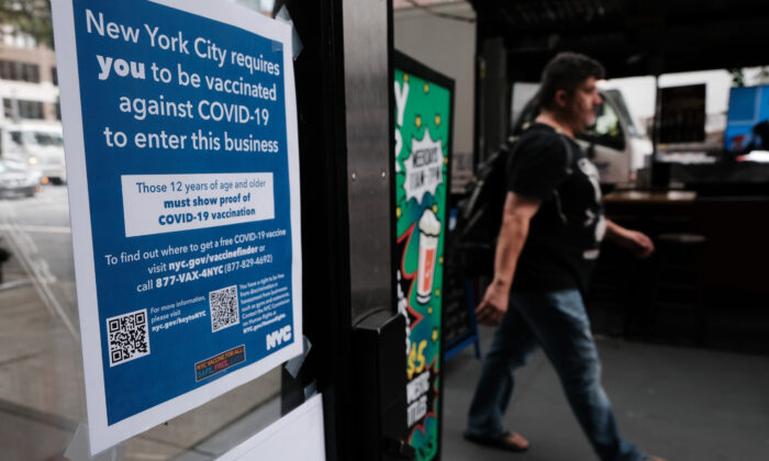 A sign in a restaurant window informs customers that they will need to show proof that they have gotten a COVID-19 vaccine to be allowed inside, in New York City on Aug. 20, 2021. (Spencer Platt/Getty Images)