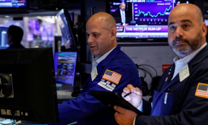 Traders work on the floor of the New York Stock Exchange (NYSE) in New York City on Oct. 12, 2021. (Brendan McDermid/Reuters)