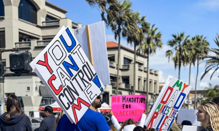 """Hundreds of parents, teachers, and students rallied nearby the Huntington Beach pier as part of the state-wide """"walk-out"""" to denounce California's COVID-19 vaccine mandate for K-12 students in Huntington Beach, Calif., on Oct. 18, 2021. (Vanessa Serna/The Epoch Times) <br />"""