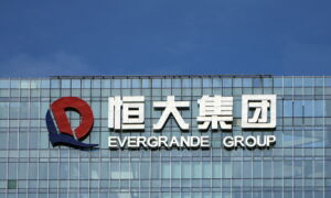 China Evergrande Shares Tumble as Trade Resumes Without $2.6 Billion Deal
