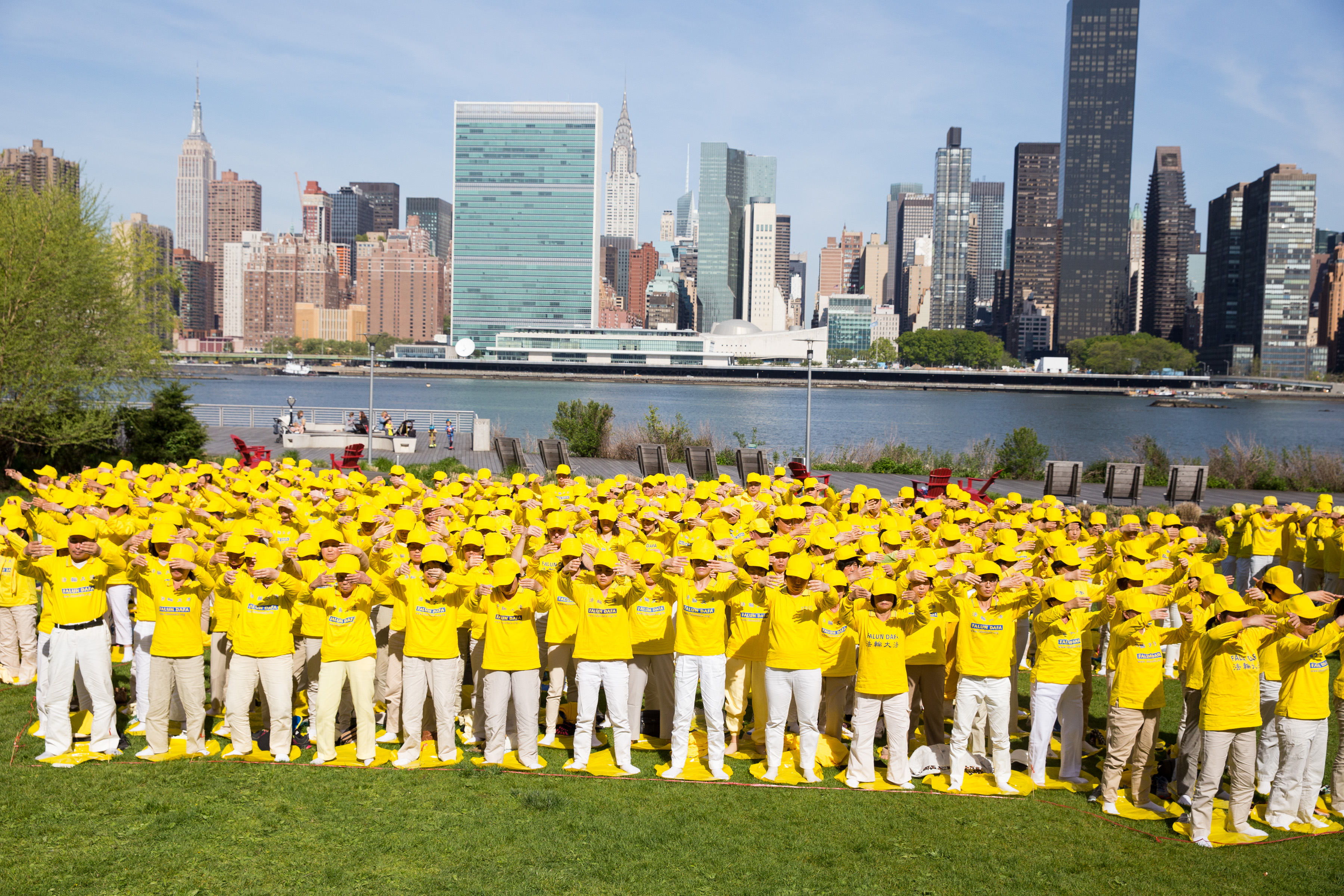 """Over a thousand Falun Gong practitioners from New York, Taiwan, and other Asian countries form the Chinese characters for """"Falun Dafa"""" at Gantry Plaza State Park on May 12, 2016. (Larry Dye/Epoch Times)"""