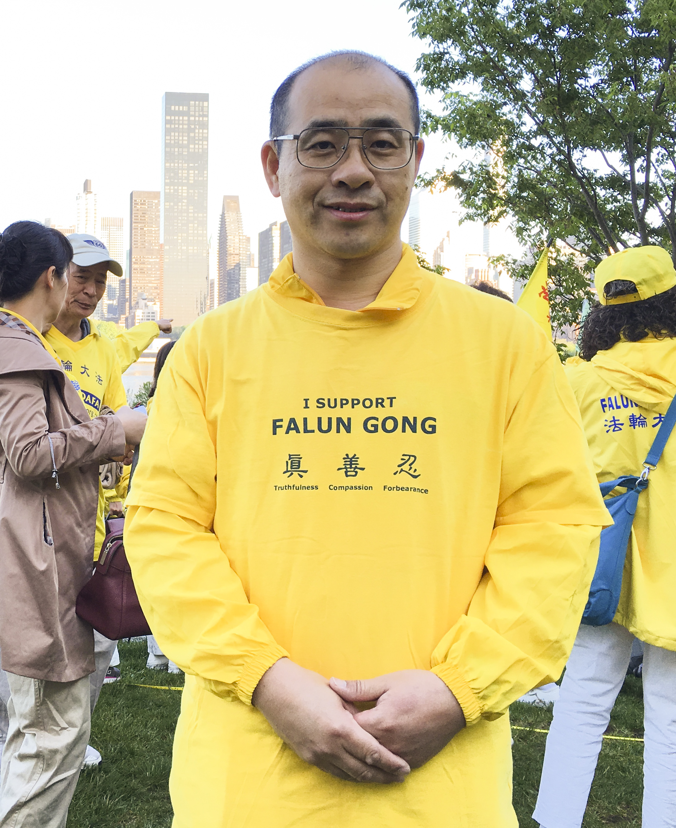 Kurebayashi Mitsuhiro, a Chinese Japanese practitioner of Falun Gong, joins a character formation event at Gantry Plaza State Park on May 12, 2016. (Larry Ong/Epoch Times)