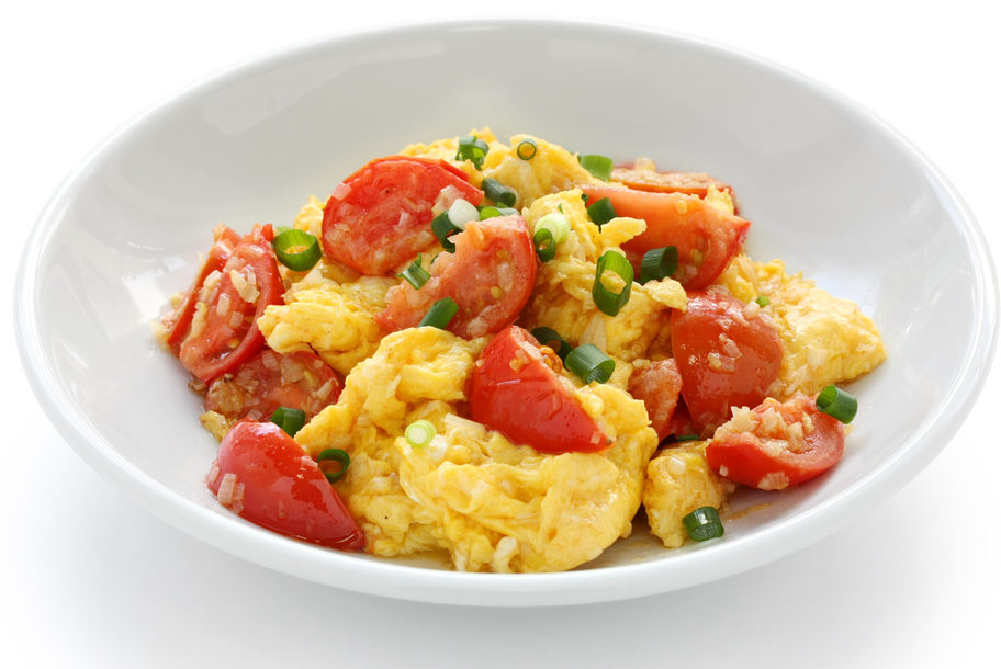 Adding a tomato dish to dinner, such as tomato scrambled eggs, can strengthen your metabolism and help you lose weight. (Shutterstock)